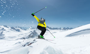 寒冷天气滑雪人物背影摄影高清图片