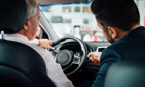 上车体验真车的消费者摄影高清图片