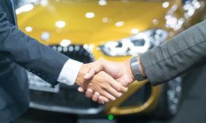 已达成购车意向的握手情景高清图片