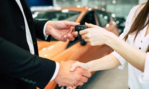 拿到汽车钥匙的消费者摄影高清图片