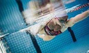 泳池游泳人物水下视角摄影高清图片