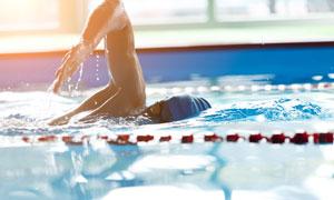 泳池中的游泳人物主题摄影高清图片