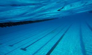 蓝色清澈的游泳池水下摄影高清图片