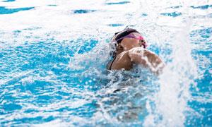 在往前冲刺的游泳人物摄影高清图片