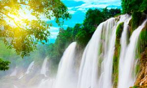 阳光下的美丽瀑布摄影图片