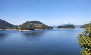 蓝天下的千岛湖风景区摄影图片