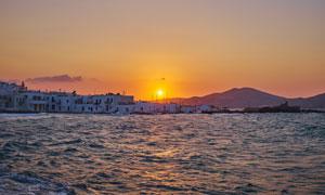 海边村庄美丽的日落摄影图片