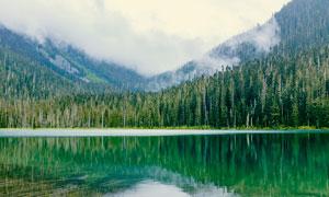 山林下的湖泊美景摄影图片