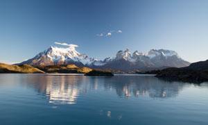 雪山下的湖泊景观摄影图片