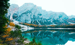 雪山下的湖泊倒影高清摄影图片