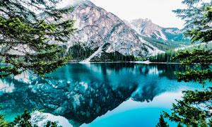 山脚蓝色的湖泊景观摄影图片