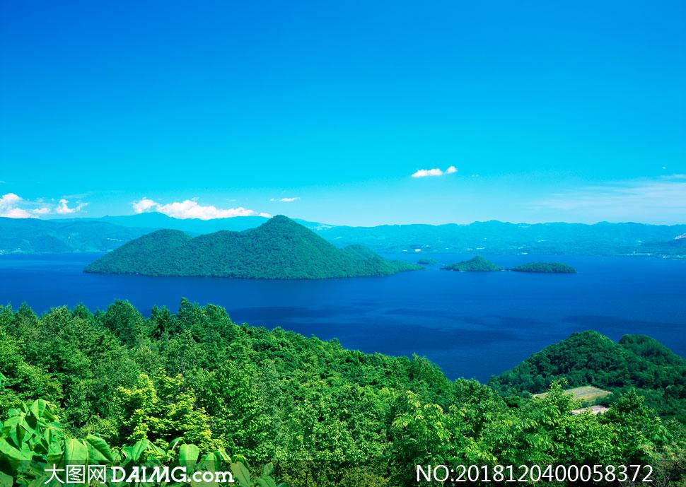蓝天下美丽的绿色海岛摄影图片