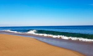 蓝天下的海边沙滩高清摄影图片