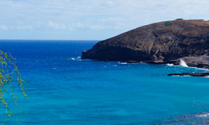蓝色海洋和海边大石头摄影图片