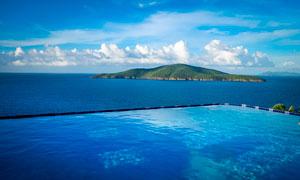 海岛上美丽的露天游泳池摄影图片