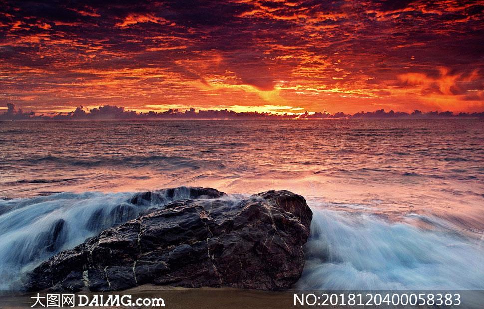 自然风景 > 素材信息                          夕阳下的海边和海浪