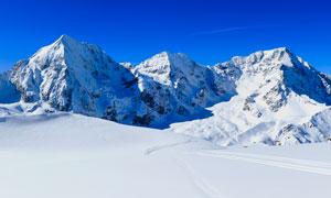 藍天下壯觀的雪山景觀攝影圖片