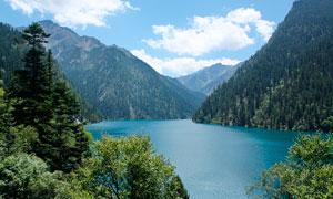 大山中美麗的湖泊景觀攝影圖片