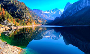 山中美麗的湖泊景色高清攝影圖片