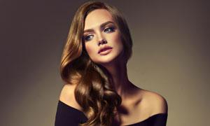 黑色抹胸卷发造型美女摄影高清图片