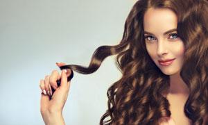 用手指绕着头发的美女摄影高清图片
