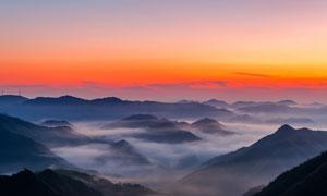 晨曦山顶美丽的云雾摄影图片