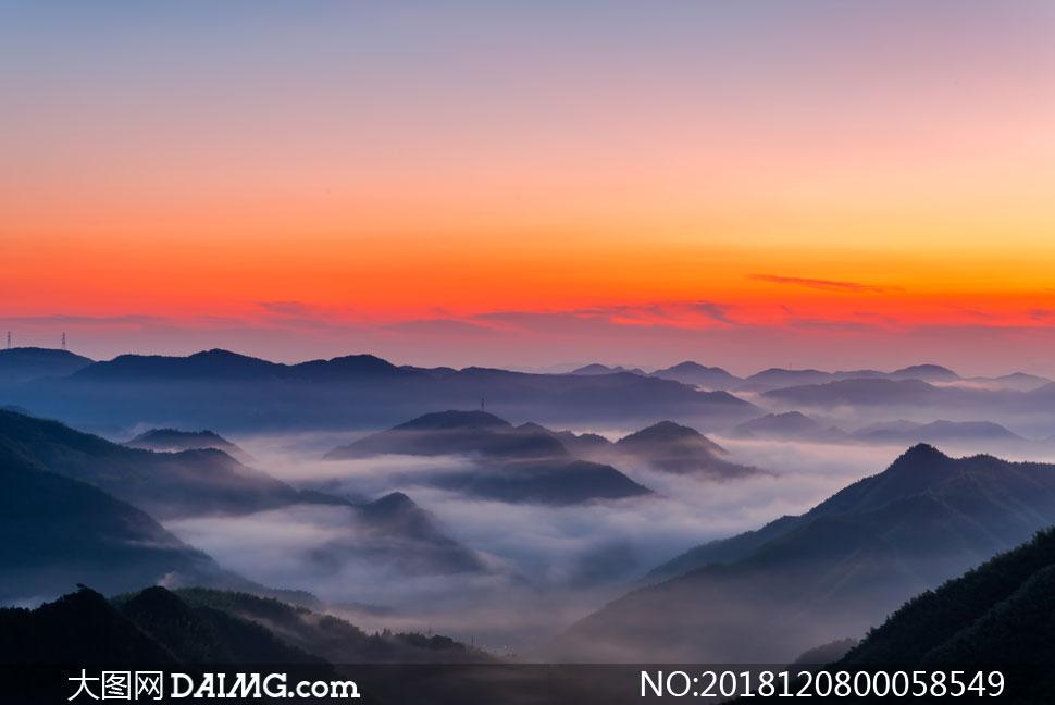 晨曦山頂美麗的云霧攝影圖片