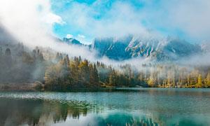 云雾缭绕的山间湖泊摄影图片