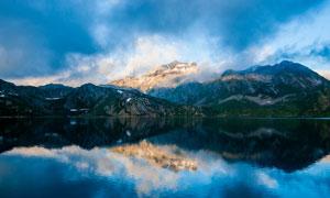 乌云密布下的湖泊景观摄影图片