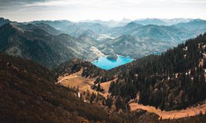 连绵大山中蓝色湖泊摄影图片