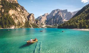 在湖泊上滑行的小舟摄影图片