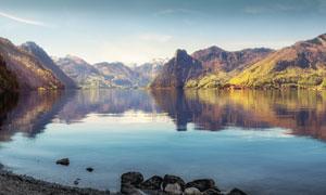 藍天下山間美麗的湖泊景色攝影圖片