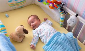 躺在小床上的可爱宝贝摄影高清图片