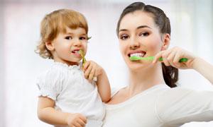 跟妈妈学刷牙的小女孩摄影高清图片