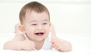 开心到快要哭的小男孩摄影高清图片