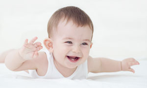 身上穿白背心的小男孩摄影高清图片