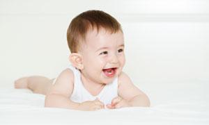 开心玩耍的帅气小男孩摄影高清图片