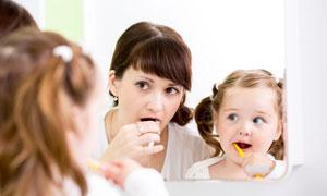 镜子中刷牙的母女人物摄影高清图片