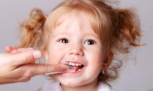 在练习刷牙的卷发美女摄影高清图片