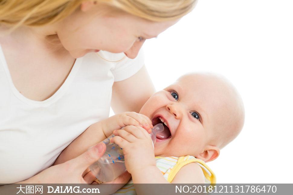 用奶瓶喝水的开心宝宝摄影高清图片