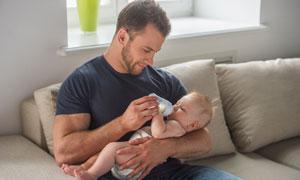 在给小宝宝喂奶的男人摄影高清图片