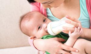 在吃着奶的开心小宝宝摄影高清图片