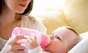 在乖乖喝着奶的小宝宝摄影高清图片