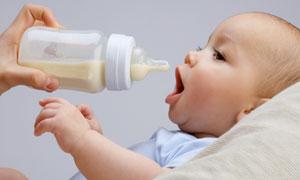 张着嘴要吃奶的小宝贝摄影高清图片