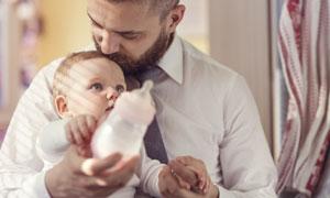 抱在怀里的小宝宝写真摄影高清图片