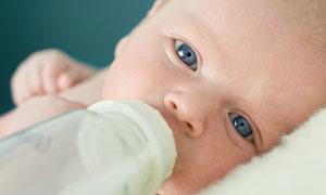 躺着喝奶的小宝宝特写摄影高清图片