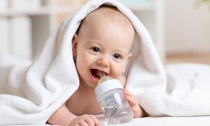 身上盖着大毛巾的宝宝摄影高清图片