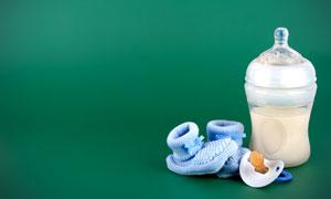 奶瓶与针织袜近景特写摄影高清图片