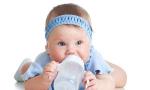 双手拿奶瓶喝奶的幼儿特写高清图片