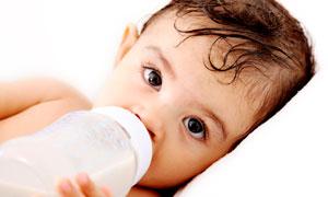 躺着喝奶的可爱男宝宝摄影高清图片